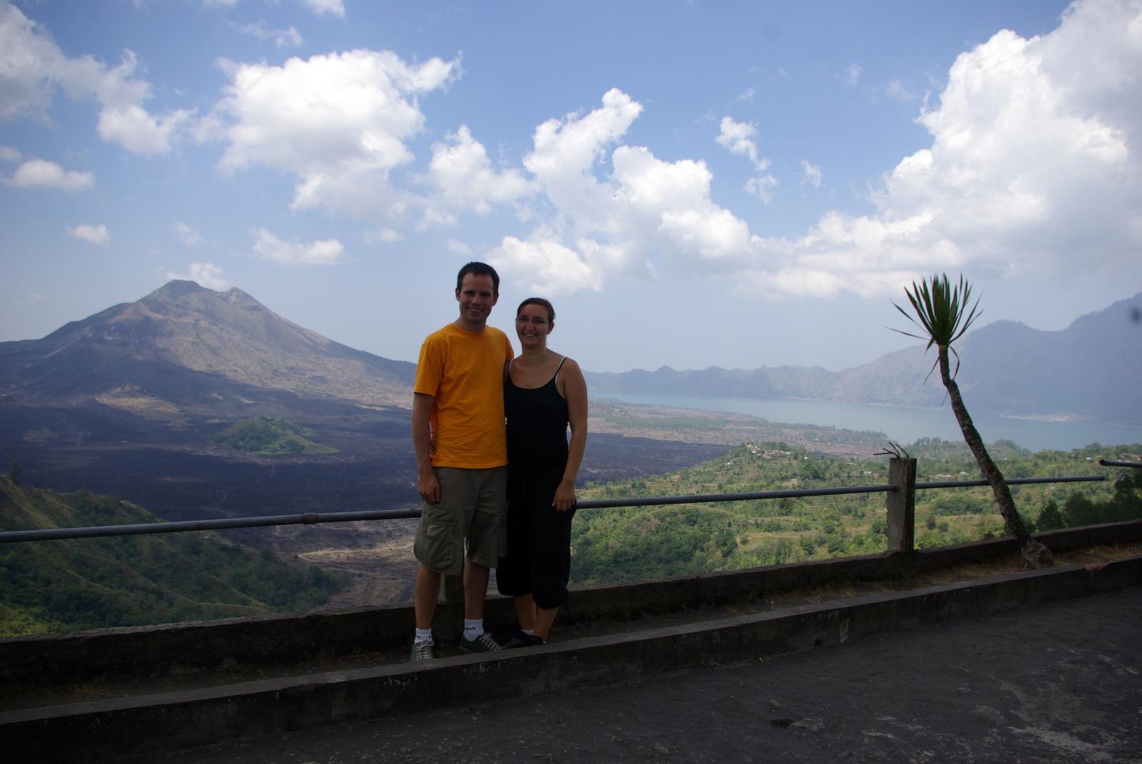 Giovanna und Martin, Vulkan im Hintergrund